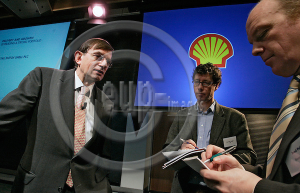 DEN HAAG - NETHERLANDS - 01 FEBRUARY 2007 -- Royal Dutch Shell plc released its 4th quarter and full year results and 4th quarter interim dividend announcement for 2006. -- Chief Executive Jeroen van der VEER (Le) talking to the press. -- PHOTO:  JUHA ROININEN / EUP-IMAGES
