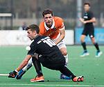 BLOEMENDAAL  - Sander 't Hart (Bldaal) met Steijn van Heijningen (HGC)   Hoofdklasse competitie heren, Bloemendaal-HGC (7-2). COPYRIGHT KOEN SUYK