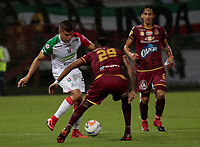 MANIZALES - COLOMBIA, 11-04-2018: Edder Farias (Izq) de Once Caldas disputa el balón con Omar Albornoz (Der) de Deportes Toilima por la fecha 14 de Liga Águila I 2018 jugado en el estadio Palogrande de la ciudad de Manizales. / Edder Farias (L) player of Once Caldas fights for the ball with Omar Albornoz (R) player of Atletico Huila during match for the date 14 of the Aguila League I 2018 played at Palogrande stadium in Manizales city. Photo: VizzorImage / Santiago Osorio / Cont