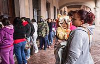 Querétaro, Qro. 4 de enero 2015. Esta mañana, principalmente madres de familia hicieron fila afuera de las instalaciones del DIF Estatal a la espera de recibir boletos para el evento organizado por esta dependencia con motivo del día de Reyes. Foto: Alejandra L. Beltrán / Obture Press Agency,