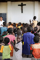 KENYA, Turkana Region, refugee camp Kakuma, mass in church of Don Bosco  / KENIA Fluechtlingslager Kakuma in der Turkana Region , Messe in Kirche von Don Bosco