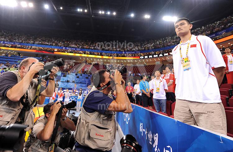 Olympia 2008  Peking  10.08.2008 Basketball, GER-ANG:  Der chinesische Superstar Yao Ming schaut sich das Spiel GER-ANG an und wird von Fotografen umringt.