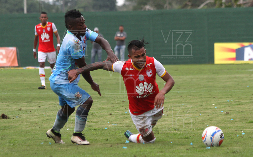 MONTERIA - COLOMBIA, 26-11-2017:Wilson Morelo (Der.) jugador de Independiente Santa Fe  disputa el balón con Pablo Rojas(Izq.) jugador de Jaguares de Córdoba, durante partido de ida entre Jaguares de Córdoba  y el Independiente Santa Fe , de los cuartos de final la Liga Aguila II - 2017, jugado en el estadio Jaraguay de la ciudad de Montería. / Wilson Morelo (R) player of Independiente Santa Fe vies for the ball with Pablo Rojas (L) player of Jaguares of Cordoba, during a match for the first leg between Jaguares of Cordoba  and Independiente Santa Fe , to the quarter of finals for the Liga Aguila II - 2017 at the Jaraguay  Stadium in Monteria city: Vizzorimage / Felipe Caicedo / Staff
