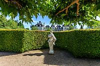 France, Loir-et-Cher (41), Cheverny, château de Cheverny, le Jardin des apprentis et façade nord du château