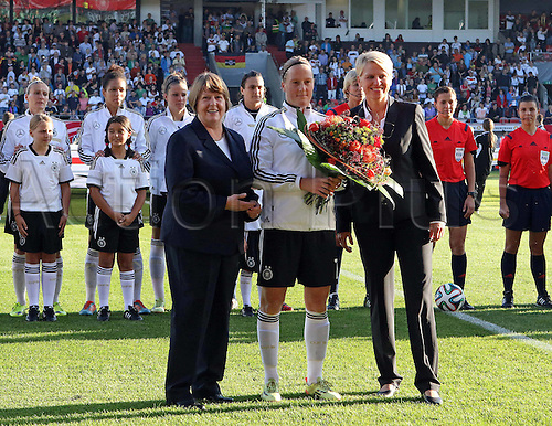 17.09.2014. Heidenheim, Germany. Womens World Cup football qualifier. Germany versus Republic of Ireland.  Hannelore Ratzeburg (DFB VP Football)and  Melanie Behringer (Ger manager), make the presentation to Doris Fitschen (DFB)