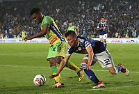 BOGOTÁ - COLOMBIA, 28-04-2018: Christian Huerfano (Der.) jugador de Millonarios disputa el balón con Elvis Perlaza (Izq.) jugador del Atlético Huila  durante partido por la fecha 18 de la Liga Águila I 2018 jugado en el estadio Nemesio Camacho El Campín de la ciudad de Bogotá. /Christian Huerfano (R) player of Millonarios  fights for the ball with Elvis Perlaza (L) player of Atletico Huila  during the match for the date 18 of the Liga Aguila I 2018 played at the Nemesio Camacho El Campin Stadium in Bogota city. Photo: VizzorImage / Felipe Caicedo / Staff.