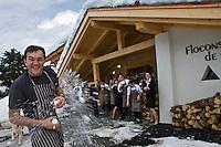 Europe/France/Rhone-Alpes/74/Haute-Savoie/Megève:  Instant de détente: Emmanuel Renaut, dit Manu lors d'une bataille de boules de neige  avec sa brigade - Hôtel-Restaurant: Flocons de Sel, rte de Rochebrune,