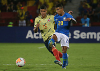 BUCARAMANGA – COLOMBIA, 03-02-2020: Jaime Alvarado de Colombia disputa el balón con Domilson Cordeiro dos Santos, Dodo, de Brasil durante partido entre Colombia U-23 y Brasil U-23 por el cuadrangular final como parte del torneo CONMEBOL Preolímpico Colombia 2020 jugado en el estadio Alfonso Lopez en Bucaramanga, Colombia. / Jaime Alvarado of Colombia fights the ball with Domilson Cordeiro dos Santos, Dodo, of Brazil during the match between Colombia U-23 and Brazil U-23 for for the final quadrangular as part of CONMEBOL Pre-Olympic Tournament Colombia 2020 played at Alfonso Lopez stadium in Bucaramanga, Colombia. Photo: VizzorImage / Jaime Moreno / Cont