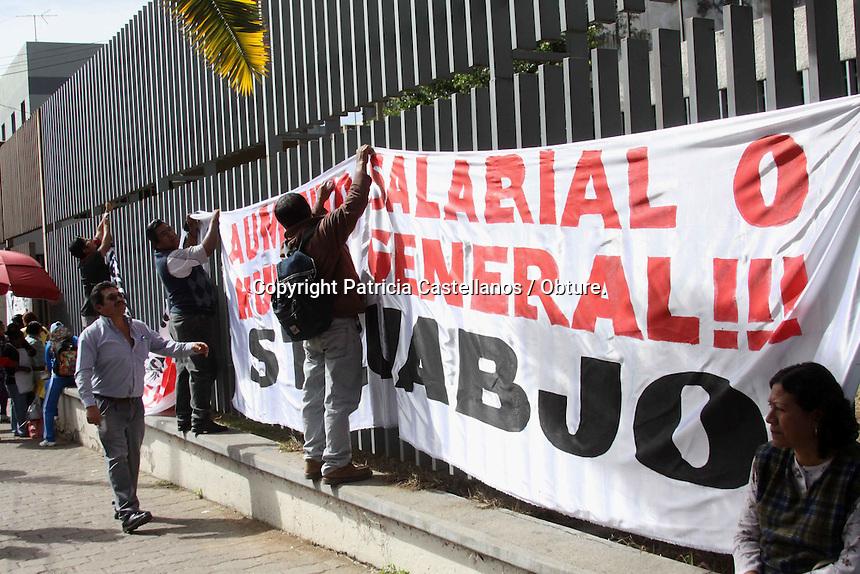 Oaxaca de Ju&aacute;rez, Oax.- Ante la exigencia de una resoluci&oacute;n real a su pliego petitorio, este viernes un grupo considerable de miembros del Sindicato de Trabajadores y Empleados de la Universidad Aut&oacute;noma &quot;Benito Ju&aacute;rez&quot; de Oaxaca (STEUABJO) efectuaron una serie de movilizaciones en la capital oaxaque&ntilde;a, tales como: bloqueos parciales en los cruceros de &ldquo;5 Se&ntilde;ores&rdquo; y la &ldquo;Glorieta Lazaro Cardenas&rdquo;, asi como una marcha y una protesta en la Junta Local de Conciliaci&oacute;n y Arbitraje (JLCyA).<br /> <br />  <br /> <br /> En este contexto, los poco m&aacute;s de 500 empleados sindicalizados de la maxima casa de estudios partieron en marcha desde Ciudad Universitaria con destino a las instalaciones de la JLCyA, en tanto, durante su recorrido expresaron diversas consignas en demanda a las peticiones conjuntas en su documento, en las cuales destaca la exigencia de aumento salarial, asi como el retiro de 300 personas contratadas sin autorizaci&oacute;n del STEUABJO.
