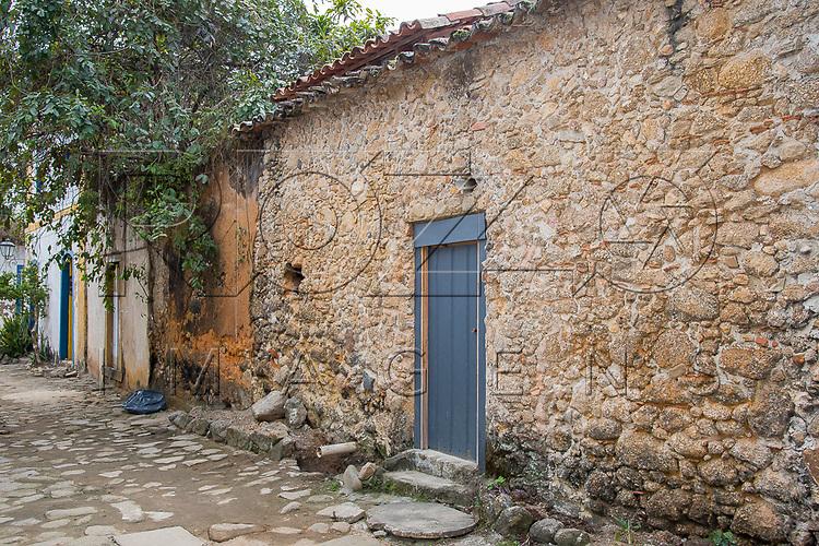 Casa com muro de pedra, Paraty - RJ, 09/2017.