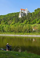 DEU, Deutschland, Bayern, Niederbayern, Naturpark Altmuehltal, bei Riedenburg: Burg Prunn auf einem steil abfallenden Kalkfelsen oberhalb der Altmuehl | DEU, Germany, Bavaria, Lower Bavaria, Natural Park Altmuehltal, near Riedenburg: Castle Prunn above river Altmuehl