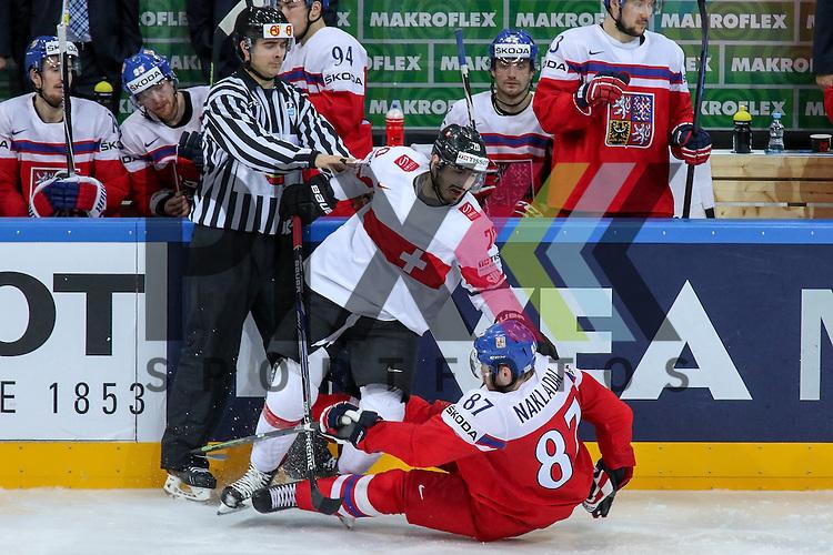 Tschechiens Nakladal, Jakub (Nr.87)(TPS Turku) an der Bande im Zweikampf mit Schweizs Hollenstein, Denis (Nr.70)  im Spiel IIHF WC15 Tschechien vs. Schweiz.<br /> <br /> Foto &copy; P-I-X.org *** Foto ist honorarpflichtig! *** Auf Anfrage in hoeherer Qualitaet/Aufloesung. Belegexemplar erbeten. Veroeffentlichung ausschliesslich fuer journalistisch-publizistische Zwecke. For editorial use only.