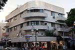 Dichiarata patrimonio mondiale dell'umanita per il suo ricco patrimonio di architettura Bahuaus, Tel Aviv è un enorme museo a cielo aperto  della scuola fondata da Walter Gropius  negli anni Venti. La città fu infatti trasformata a partire dal 1932 dalla massiccia ondata di immigrazione di ebrei in fuga dalle persecuzioni in Europa. Molti architetti profughi iniziarono a costruire interi quartieri secondo le linee pulite e funzionali della scuola Bauhaus di Berlino, consegnandoci  quella che oggi è conosciuta come la Città Bianca. Si contano complessivamente 4.000 edifici in stile Bauhaus.