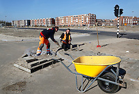 Stratenmakers aan het werk in Almere. Kruiwagen