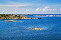 Segelbåt i trä förtöjd vid en klippa ivid Ut-fredel i Stockholms ytterskärgård