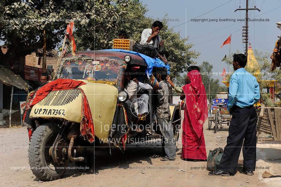 INDIA U.P. Bundelkhand, Mahoba, public transport with Bajaj Tempo / INDIEN Mahoba, altes dreiraedriges Bajaj Tempo Fahrzeug als Sammeltaxi, das Tempo war ein joint venture zwischen Bajaj und der Hamburger Firma Vidal und Sohn, die den Tempo Hanseat entwickelt haben