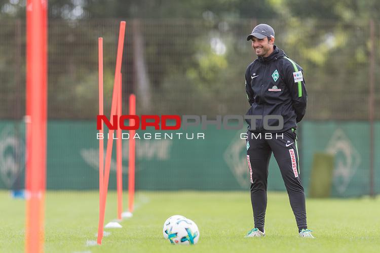 20.08.2017, Trainingsgelaende, Bremen, GER, 1.FBL, Training SV Werder Bremen<br /> <br /> im Bild<br /> Alexander Nouri (Trainer SV Werder Bremen) lacht, <br /> <br /> Foto &copy; nordphoto / Ewert