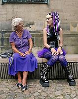 Gothic meisje geeft een oudere vrouw uitleg over haar kleding