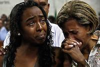 SUZANO,SP,SEGUNDA FEIRA 13 DE FEVEREIRO DE 2012,CORTEJO VELORIO DO DEPUTADO ESTADUAL JOSE CANDIDO EM SUZANO SP,Cerca 5 mil pessoas prestaram a ultima homenagem ao Depuado estadual Jose Candido (PT) que morreu aos 69 anos neste domingo(12),ele estava internado no Hospital Siro Libanes em SP desde 12 de janeiro em decorrencia de uma parada cardiaca que ocorreu durante a cirurgia de retirada de uma vesicula.Jose Candido deixa 6 filhos e sua mulher Laura Candido,o velorio foi no Memorial do Alto Tiete em Suzano na grande SP,na foto,neta de Jose Candido,Renata e a mulher Laura Candido,FOTO:WARLEY LEITE-NEWS FREE