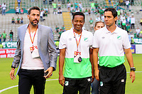 CALI - COLOMBIA -01-05-2016: Mario A Yepes (Izq.), técnico y Freddy Hurtado (Cent.), asistente Tecnico, de Deportivo Cali, durante partido entre Deportivo Cali y Alianza Petrolera, por la fecha 16 de la Liga Aguila I-2016, jugado en el estadio Deportivo Cali (Palmaseca)  de la ciudad de Cali.  / Mario A Yepes (L), coach and Freddy Hurtado (C), tecnical assitent, of Deportivo Cali, during a match between Deportivo Cali y Alianza Petrolera, for the date 16 of the Liga AguilaI-2016 at the Deportivo Cali (Palmaseca) stadium in Cali city. Photo: VizzorImage  / Nelson Rios / Cont.