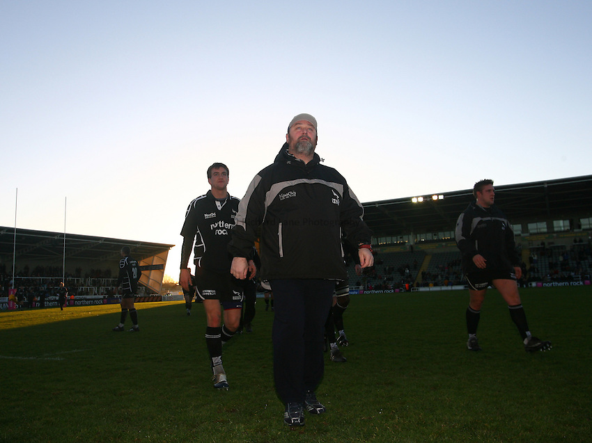 Photo: Andrew Unwin..Newcastle Falcons v Montauban. European Challenge Cup. 17/12/2006..Newcastle Falcons' fitness and conditioning coach Steve Black (C) leaves the field after the pre-match warm-up.