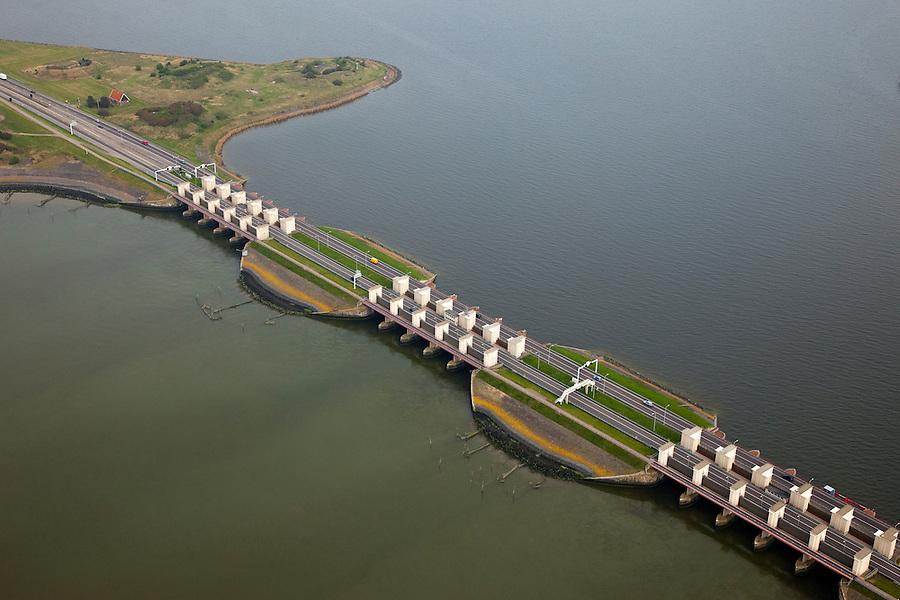 Nederland, Noord-Holland, Gemeente Wieringen, 28-04-2010; Den Oever, begin Afsluitdijk, met de Stevinsluizen. De spuisluizen lozen van het IJsselmeer op de Waddenzee (li). Uitwaterende sluizen. Het 'eiland' heet Robbenplaat. Aanleg van de dijk vormde onderdeel Zuiderzeewerken, initiatief van ingenieur Cornelis Lely..Den Oever, beginning Enclosure Dam, with the Stevin sluices that sluice surplus water to the Wadden sea (l). Construction of the dam was part of the Zuiderzee Works, an initiative of engineer Cornelis Lely..luchtfoto (toeslag), aerial photo (additional fee required).foto/photo Siebe Swar
