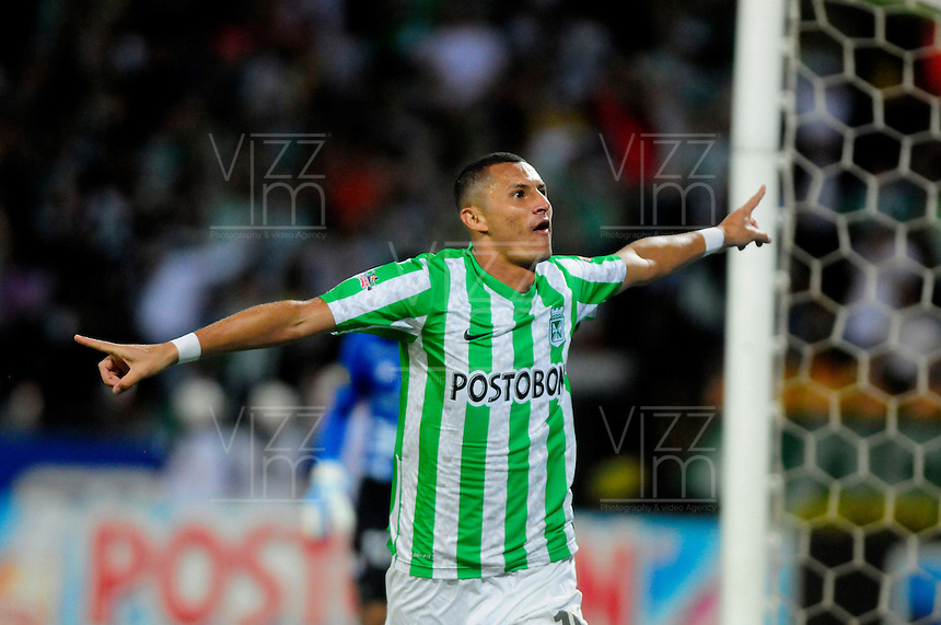 MEDELLIN - COLOMBIA -30-11-2014: Luis Paez, jugador Atletico Nacional celebra el gol anotado al Once Caldas durante partido entre Atletico Nacional y Once Caldas por fecha 4 de los cuadrangulares semifinales de la de la Liga Postobon II 2014, jugado en el estadio Atanasio Girardot de la ciudad de Medellin.  / Luis Paez, player of Atletico Nacional celebrates a scored goal to Once Caldas during a match for the between Atletico Nacional and Envigado FC for the fourth date of the quadrangular semifinals of the Liga Postobon II 2014 at the Atanasio Girardot stadium in Medellin city. Photo: VizzorImage. / Luis Rios / Str.
