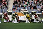 m heutigen Sonntag (15.11.2009) nahmen die Fans und Freunde des am 10.11.2009 verstorbenen Nationaltorwartes Robert Enke ( Hannover 96 ) Abschied. In der groessten Trauerfeier nach Adenauer kamen rund 100.000 Träuergaeste zur AWD Arena. Zu den VIP zählten u.a. Altkanzler Gerhard Schroeder, Bundestrainer Joachim Loew und die aktuelle DFB Nationalmannschaft, sowie Vertreter der einzelnen Bundesligamannschaften und ehemalige Vereine, in denen er gespielt hat. Der Sarg wurde im Mittelkreis des Stadions aufgebahrt. Trauerreden hielten u.a. MIniterpräsident Christian Wulff, DFB Präsident Theo Zwanziger , Han. Präsident Martin Kind <br /> <br /> <br /> Foto: Der Sarg wurde im MIttelkreis aufgebahrt, im Intergrund ein FAN Banner aus Nuernberg<br /> <br /> Foto: © nph ( nordphoto )