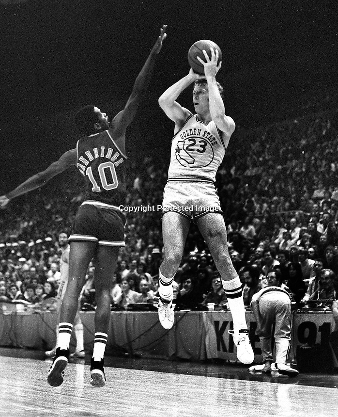 Golden State Warrior Jeff Mullins and the Bucks Dandridge. (1975 photo/Ron Riesterer)