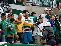 SÃO PAULO, SP,13 MAIO 2012 - CAMPEONATO PAULISTA - SANTOS x GUARANI FINAL  Confusão entre a PM e torcedores do Guarani   durante partida Santos x Guarani válido pela final do Campeonato Paulista no Estádio Cicero Pompeu de Toledo (Morumbi), na região sul da capital paulista na tarde deste domingo (13). (FOTO: ALE VIANNA -BRAZIL PHOTO PRESS).