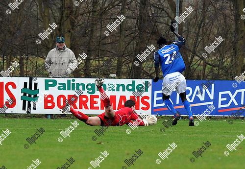 2012-03-04 / Voetbal / seizoen 2011-2012 / Mariekerke - St. Gillis-Waas / Jatta dribbelt de bezoekende doelman uit en scoort voor Mariekerke..Foto: Mpics.be