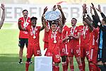 die Bayern mit der Meisterschale, Siegerehrung,<br />v.l.<br />Kingsley COMAN (M), Philippe COUTINHO (M), Alphonso DAVIES (M), Philippe COUTINHO (M), Serge GNABRY (M), Torwart Manuel NEUER (M)<br /><br />Sport: Fussball: 1. Bundesliga: Saison 19/20: 34.Spieltag, <br />VFL WOLFSBURG - FC BAYERN MUENCHEN <br />am 27.06.2020 in der Volkswagen Arena Wolfsburg, <br /><br />Nur fuer journalistische Zwecke! <br />Only for editorial use!<br />Gemaess den Vorgaben der DFL Deutsche Fussball Liga ist es untersagt, in dem Stadion und/oder vom Spiel angefertigte Fotoaufnahmen in Form von Sequenzbildern und/oder videoaehnlichen Fotostrecken zu verwerten bzw. verwerten zu lassen. <br />DFL regulations prohibit any use of photographs as image sequences and/or quasi-video.<br />National and International News Agencies OUT<br />NO RESALE!