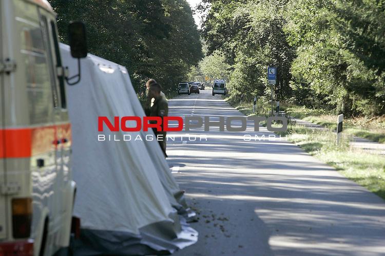 iAm sp&scaron;ten Abend ( 08.09.04 ) wird von einer Skaterin und ihrem Hund eine Kinderleiche in einem Graben neben der Strasse entdeckt. Polizei nimmt ermittlungen auf und sperrt weitr&scaron;umig das Gel&scaron;nde. Kinderleiche hat verwesung schon eingesetzt.<br /> <br /> <br /> Foto: &copy; nordphoto <br /> <br />  *** Local Caption *** Foto ist honorarpflichtig! zzgl. gesetzl. MwSt.<br />  Belegexemplar erforderlich<br /> Adresse: nordphoto<br /> Georg-Reinke-Strasse 1<br /> 49377 Vechta