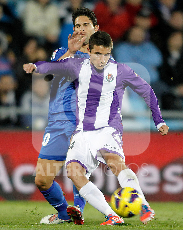 Getafe's Jaime Gavilan (l) and Real Valladolid's Omar Ramos during La Liga match.November 18,2012. (ALTERPHOTOS/Acero)