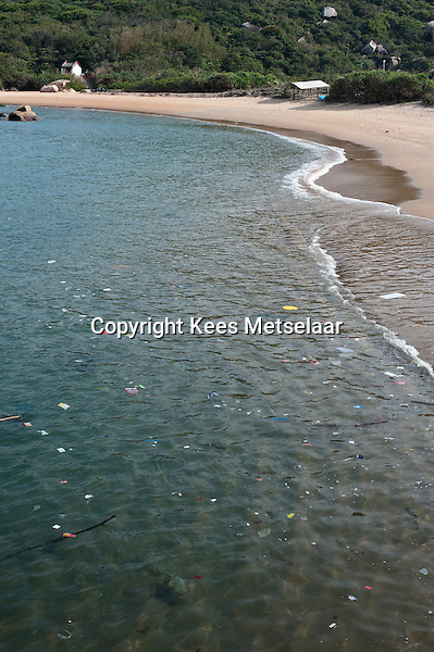 Hong Kong, Lamma Island, 14 March 2009 <br /> <br /> The beach between Yung Shue Ha and Tung O on South Lamma. Empty.<br /> <br /> Het verlaten strand op Zuid Lamma tussen Yung Shue Ha en Tung O.<br /> <br /> Photo Kees Metselaar/ Hollandse Hoogte