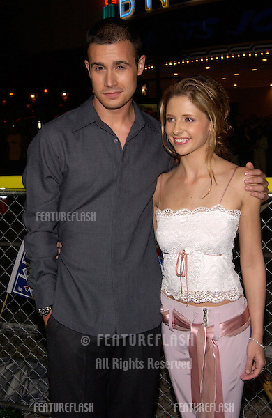 Actor FREDDIE PRINZE JR & actress fiancée SARAH MICHELLE GELLAR at the Los Angeles premiere of his new movie Summer Catch..22AUG2001.  © Paul Smith/Featureflash