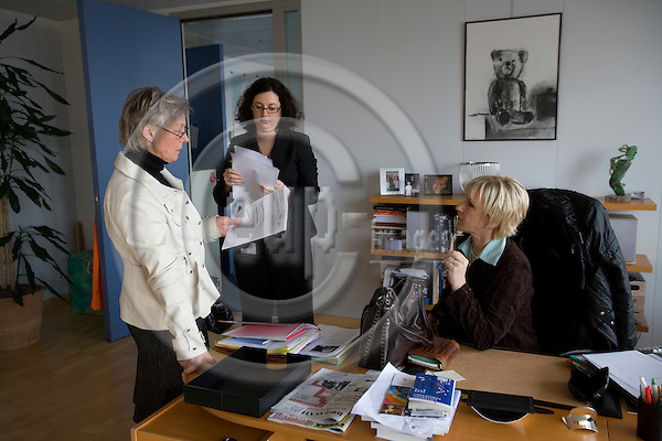 BRUSSELS - BELGIUM - 12 FEBRUARY 2009 -- EU Commissioner Margot WALLSTRÖM doing planning with Ewa HEDLUND (Le) and her personal assistant Karoline HJERS (Mi) . Photo: Erik Luntang/EUP-IMAGES