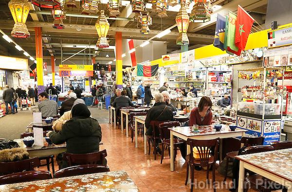 Nederland Beverwijk 2017  . De Bazaar in Beverwijk. De Bazaar in Beverwijk is al 37 jaar de plek waar uiteenlopende culturen samenkomen en is de grootste overdekte markt in Europa. De Bazaar bestaat uit verschillende marktdelen. Horeca in de Oosterse Markt.       Foto mag niet in negatieve context gebruikt worden.        Foto Berlinda van Dam / Hollandse Hoogte