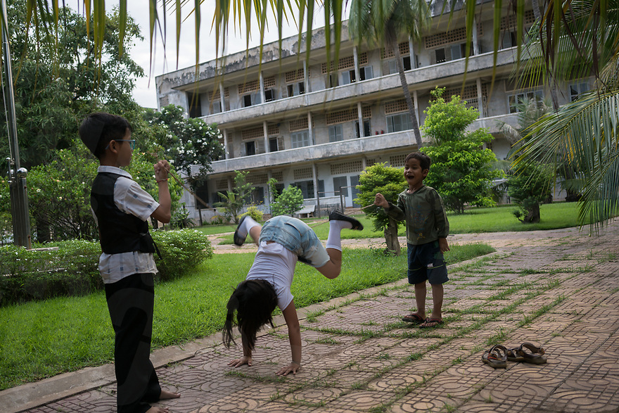 June 11, 2017 - Phnom Penh (Cambodia). Kids play in the gardens of the Tuol Sleng, the former school converted into a prison by the Khmer Rouge. © Thomas Cristofoletti / Ruom