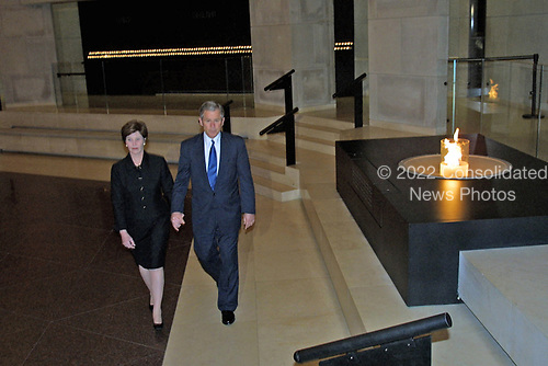 United States President George W. Bush and first lady Laura Bush tour the US Holocaust Museum 18 April 2001 in Washington DC.  <br /> Credit: Jamal A. Wilson - Pool via CNP