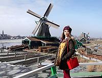 Nederland -  Zaanstad -  2018. Toeriste uit Maleisie in Zaanse Schans. Links houtzaagmolen het Jonge Schaap.   Foto Berlinda van Dam / Hollandse Hoogte