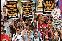 FRM01 MANILA (FILIPINAS) 31/0/2011.- Filipinos marchan durante una protesta contra la subida de los precios del combustible, en Manila (Filipinas), hoy, jueves, 31 de marzo de 2011. EFE/FRANCIS R. MALASIG