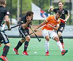 BLOEMENDAAL   - Hockey - Glenn Schuurman (Bldaal) met Valentin Verga (A'dam) .   3e en beslissende  wedstrijd halve finale Play Offs heren. Bloemendaal-Amsterdam (0-3).     Amsterdam plaats zich voor de finale.  COPYRIGHT KOEN SUYK