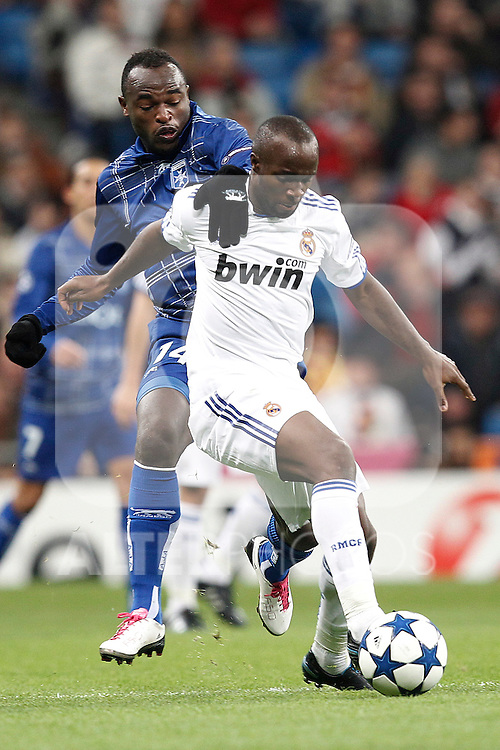Real Madrid's Lassana Diarra and Auxerre's Dennis Oliech during Champions League match on december 8th 2010...Photo: Cesar Cebolla / ALFAQUI