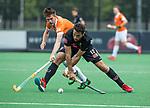 BLOEMENDAAL   - Hockey -  Valentin Verga (A'dam) met Thierry Brinkman (Bldaal).. 3e en beslissende  wedstrijd halve finale Play Offs heren. Bloemendaal-Amsterdam (0-3).     Amsterdam plaats zich voor de finale.  COPYRIGHT KOEN SUYK