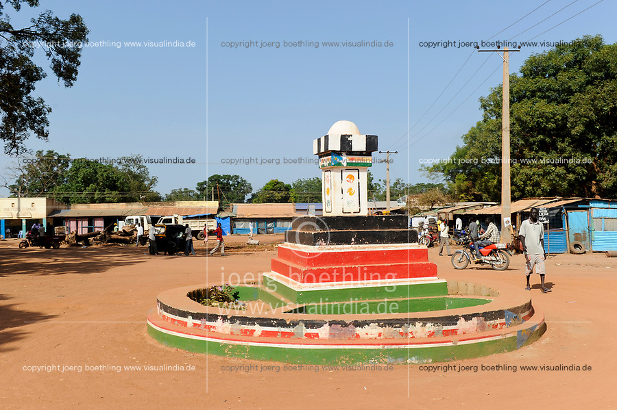 SOUTH SUDAN, Bahr al Ghazal region, Lakes State, town Rumbek , roundabout with national flag / SUED-SUDAN  Bahr el Ghazal region , Lakes State, Rumbek , Verkehrsinsel mit Nationalflagge
