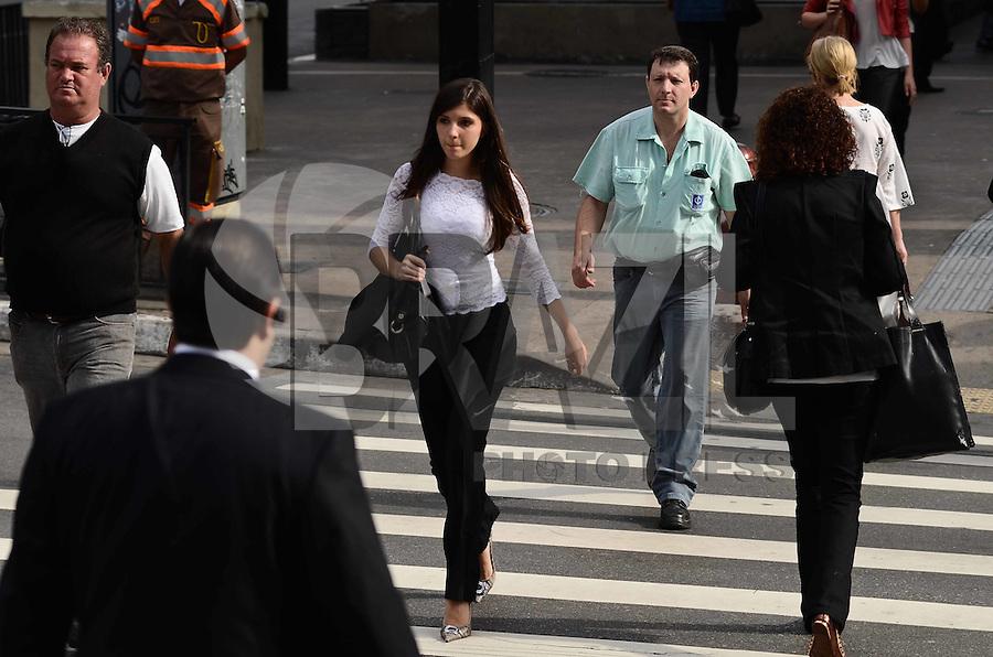 SAO PAULO, 04 DE JUNHO DE 2012 - CLIMA TEMPO SP - Manha de temperaturas em elevacao, na Avenida Paulista, regiao central da capital. A temperatura hoje pode chegar a 27 graus. FOTO: ALEXANDRE MOREIRA - BRAZIL PHOTO PRESS