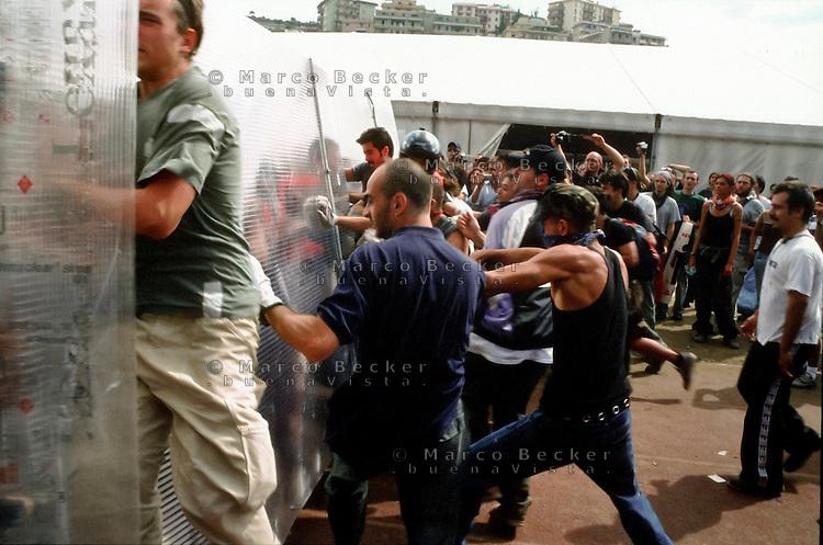 genova luglio 2001, proteste contro il g8. allo stadio carlini, test di resistenza delle barricate --- genoa july 2001, protests against g8 summit. at the carlini stadium, toughness test of the barricades