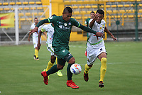 BOGOTÁ- COLOMBIA, 15-02-2018: Diego Valoyes (Izq.) jugador de La Equidad disputa el balón con Jefferson Torres  (Der.) del Atlético Bucaramanga    durante el partido entre La Equidad  y Atlético Bucaramanga   por la fecha 3 de la Liga Águila I 2018 jugado en el estadio Metropolitano de Techo . / Diego Valoyes (L) player of La Equidad vies for the ball with Jefferson Torres  (R) player of Atletico Bucaramanga   during match between La Equidad  and Atletico Bucaramanga   for the date 3 of the Aguila League I 2018 played at Metropolitano de Techo  stadium. Photo: VizzorImage/ Felipe Caicedo / Staff