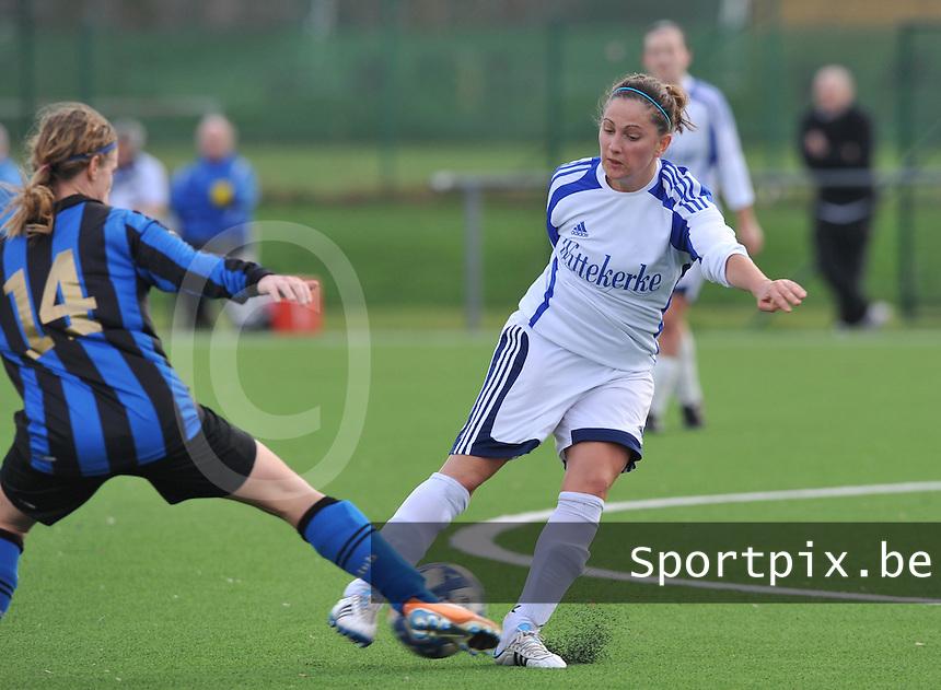 Club Brugge Dames - Rassing Harelbeke : Kelly Decubber in duel met Bianka Ternier.foto DAVID CATRY / Vrouwenteam.Be